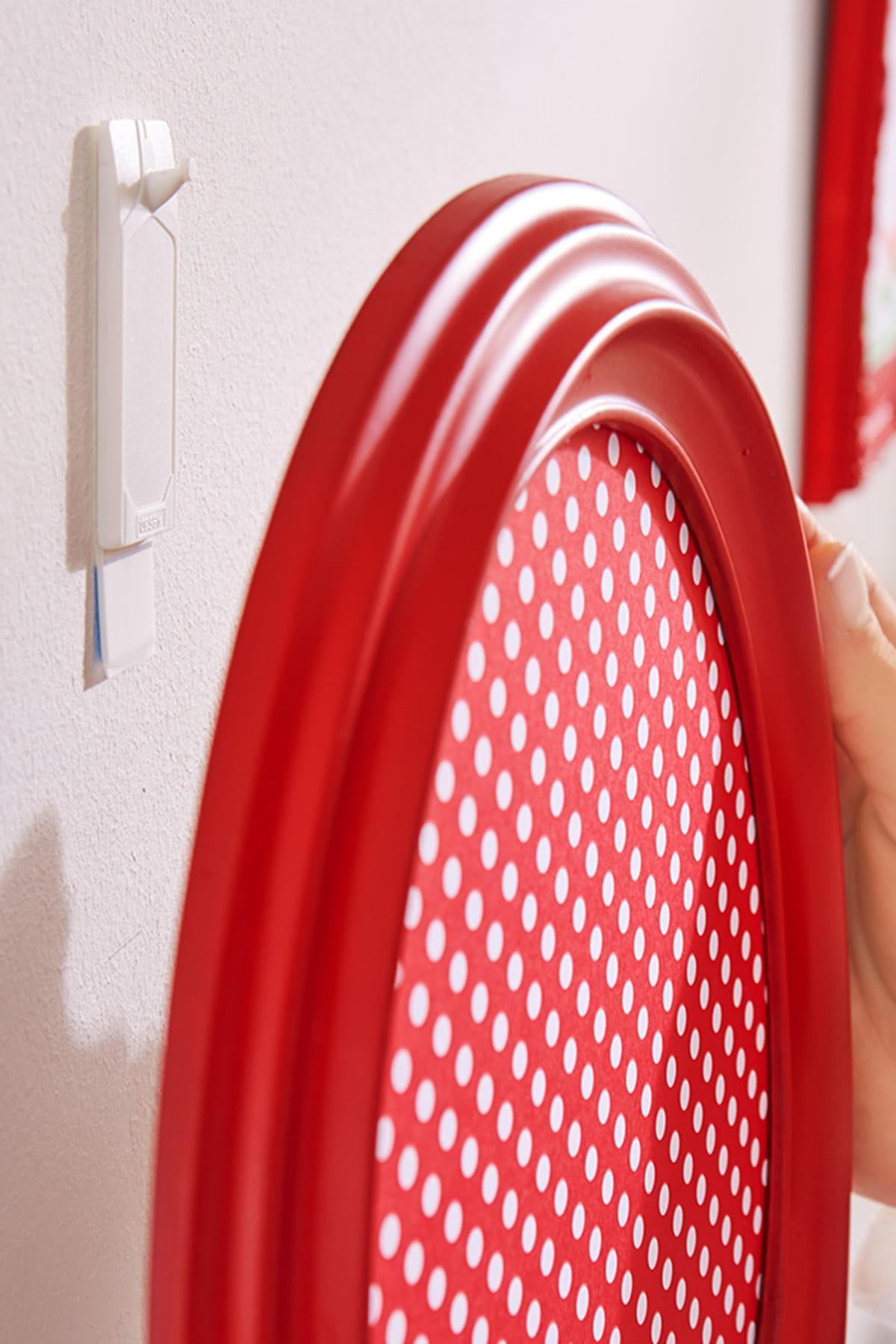 des clous adh sifs pour le papier peint. Black Bedroom Furniture Sets. Home Design Ideas