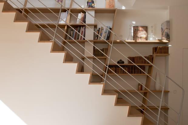 La Bibliothèque Se Fond Dans L'Escalier