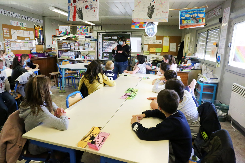 """Ecole et Covid: """"éviction"""" des élèves non-vaccinés, un pass sanitaire déguisé?"""