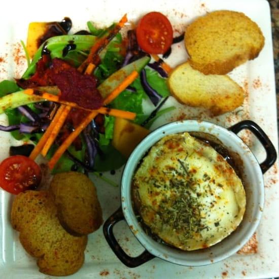 Entrée : L'Assiette Amoureuse  - Cassolette de camembert et oignons confits -