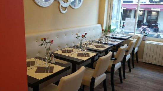 Restaurant : Authentic  - Salle accueillante avec ses petites roses sur les tables. -   © ok