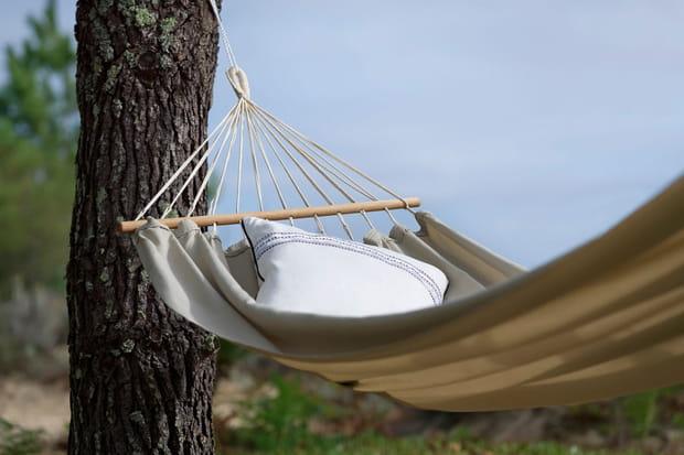 un hamac traditionnel accrocher entre deux arbres. Black Bedroom Furniture Sets. Home Design Ideas