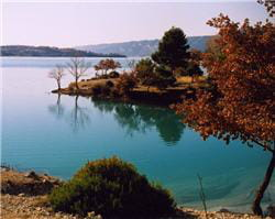 une vue du lac de sainte-croix.