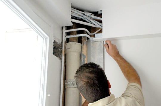 Comment cacher des c bles et tuyaux apparents for Cache tuyau salle de bain