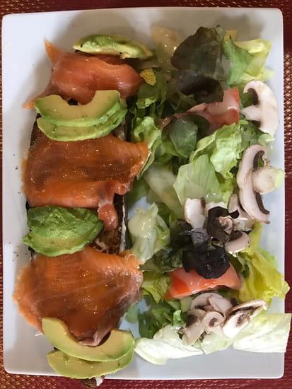 """Plat : Torre di Pizza  - Tartine """"La saumon fumé""""; Saumon fumé, avocat, crème fraîche, panaché de salade -   © Torre di Pizza"""