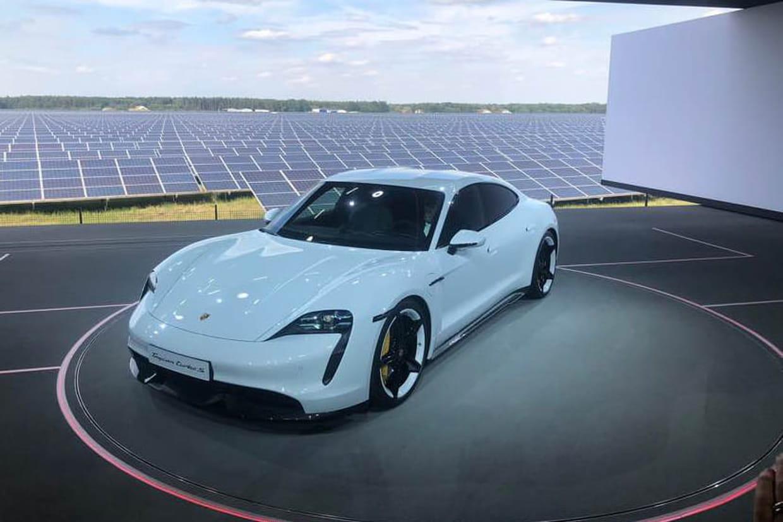 Le premier véhicule tout électrique de la marque officiellement présenté — Porsche Taycan