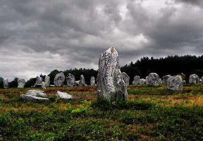 la bretagne abrite de nombreux menhirs.