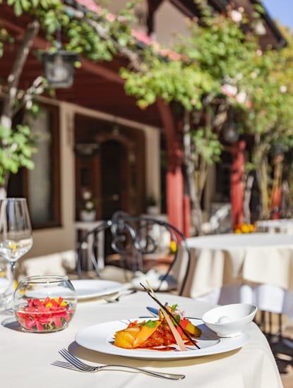 Dessert : La Verniaz  - Ananas rôti au poivre long de Java, Écorces d'agrumes confites, sorbet coco -   © La Verniaz SARL
