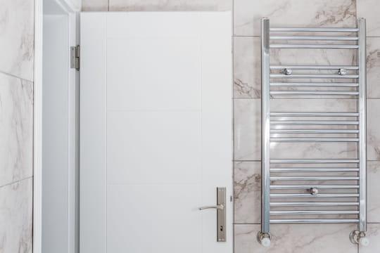 Installer un sèche-serviettes en 6étapes simples