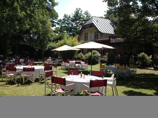 Restaurant : La Terrasse du Jardin  - Tables sur l'herbe -   © Terrasse du Jardin