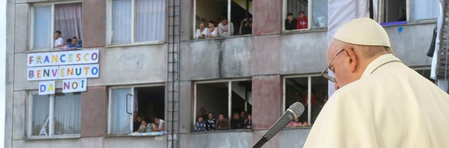 """Dans un quartier misérable de Roms, le pape prône """"l'intégration"""" face au """"ghetto"""""""