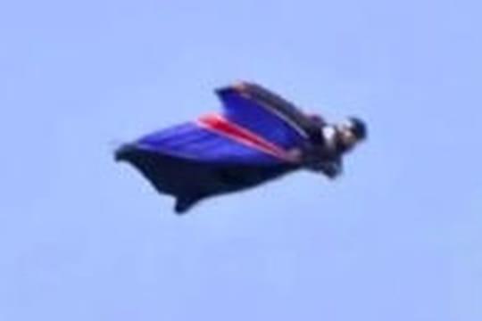 Un homme saute d'un hélicoptère sans parachute