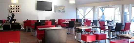 La Plage  - Restaurant avec terrasse couverte et grand bar pour une ambiance agréable -   © Michel Rochette