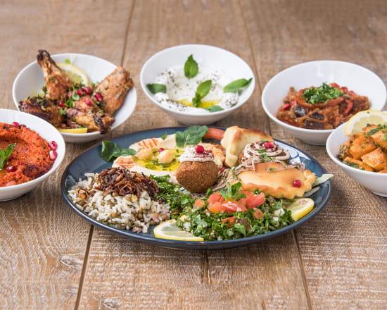 Plat : Le Jardin de Sade  - Assortiment de mezzes avec une assiette composée de différentes saveurs -   © Photo du restaurant