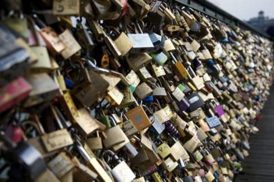 """Le Pont des Arts s'effondre sous le poids des """"cadenas d'amour"""""""