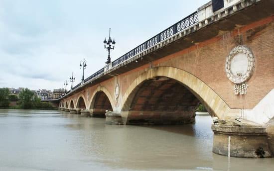 Aquitaine-Croisières : Repas Croisières  - Passage sous le Pont de Pierre -   © Aquitaine-Croisières 2012