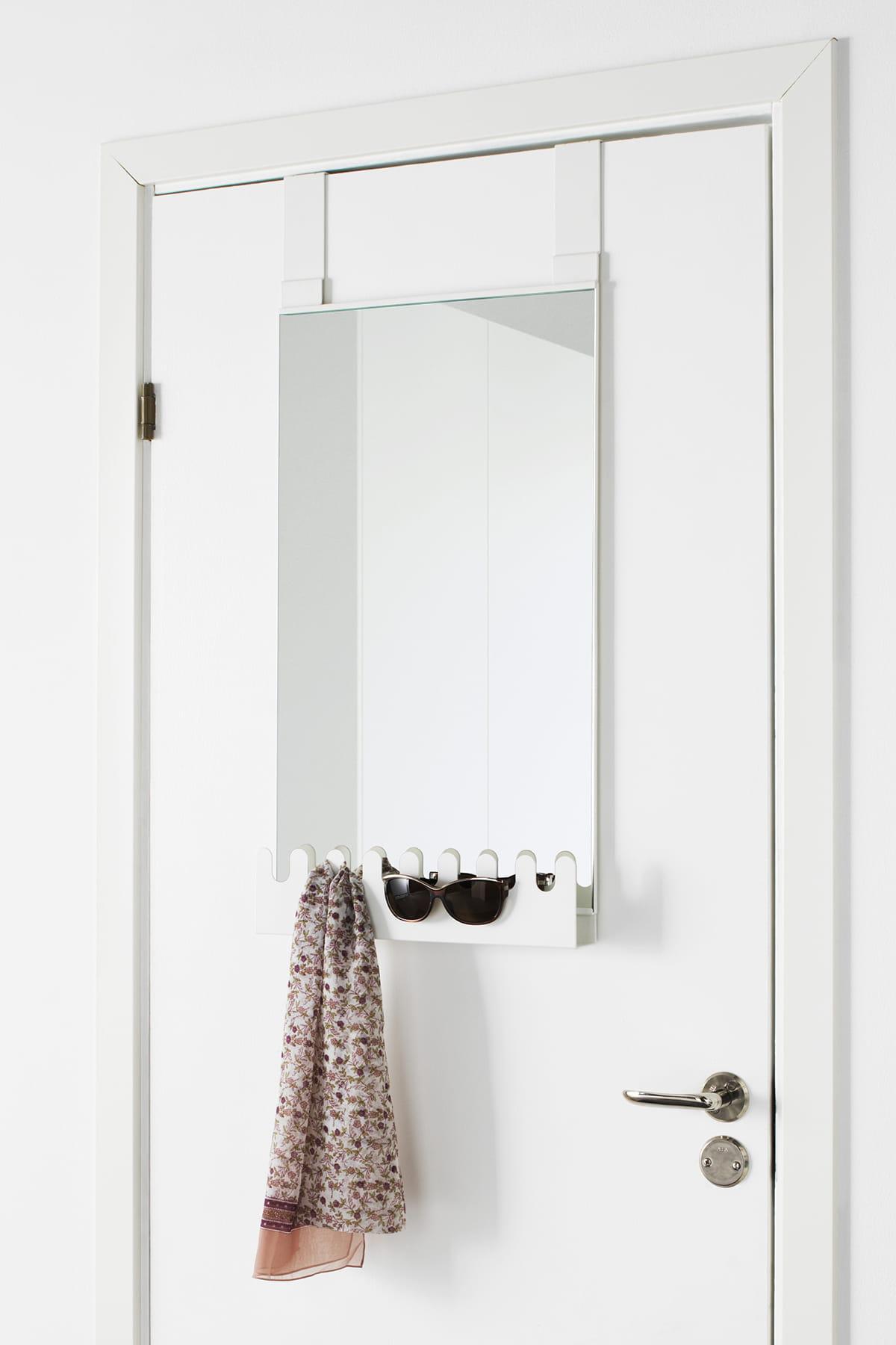 un miroir suspendre. Black Bedroom Furniture Sets. Home Design Ideas