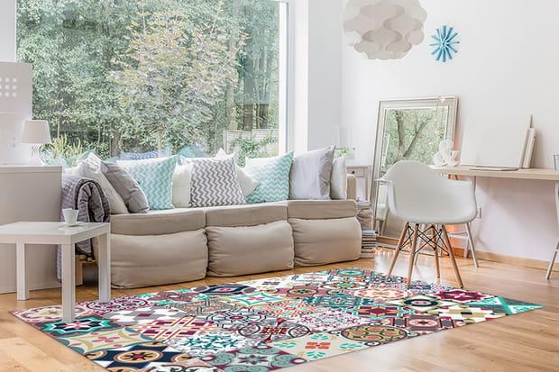 Poser un tapis coloré au sol