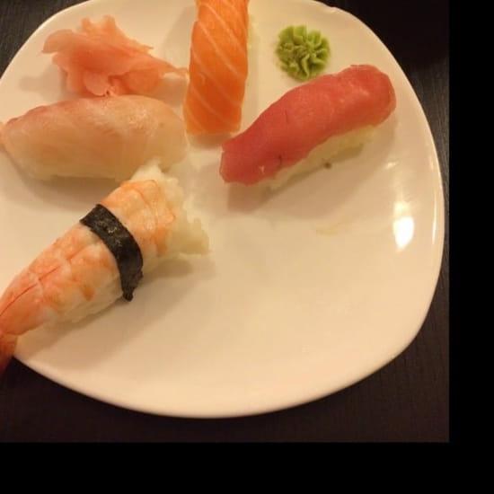 Plat : Sushi One  - 1 sushi crevette, 1 sushi daurade, 1 sushi saumon, désolé le second est déjà mangé et 1 sushi thon.  -