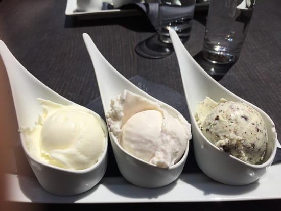 Dessert : Terre adelice  - Glaces fleur d'oranger, violette pétales cristallisés et feuille de menthe avec éclats de chocolat  -
