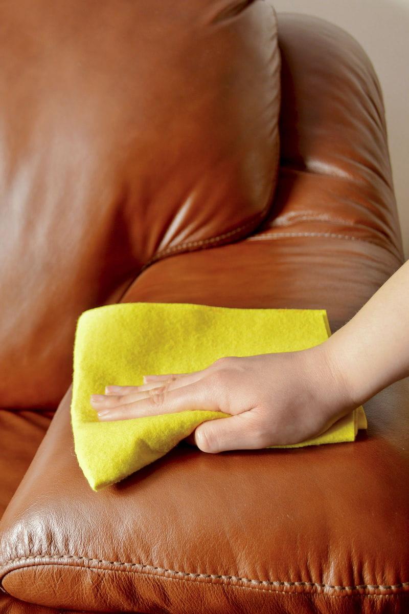 Entretien Canapé Cuir Naturel erreur n°14 : ne pas nettoyer votre canapé
