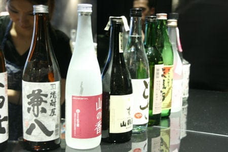 Guilo Guilo  - Bouteilles de saké sur le comptoir -   © L'Internaute Magazine / Julie Gerbet