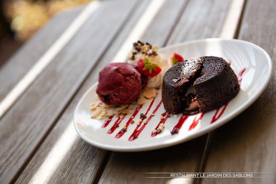 Dessert : Le Jardin des Sablons  - Mœlleux au Chocolat Noir, Sorbet Mûres -   © Les Sablons