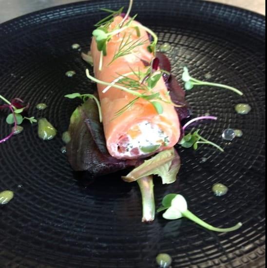 Entrée : L'Intemporel  - Roulé de saumon fumé creme citonnée et legumes mache rouge ,vinaigrette safrannée -