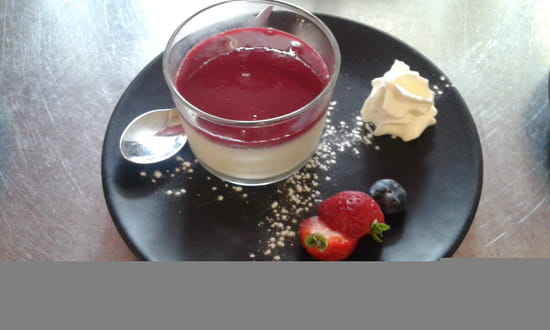 Dessert : La Chaise Bleue  - Pannacotta au fruits rouges... -   © La chaise bleue