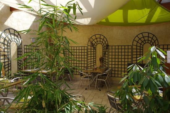 Brasserie Les Hauts du Lac  - Le patio havre de paix en plein coeur du centre ville -   © brasserie les hauts du lac