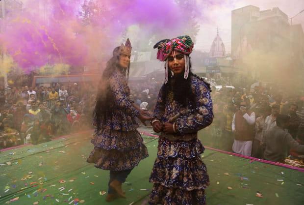 Des hindous habillés en divinités
