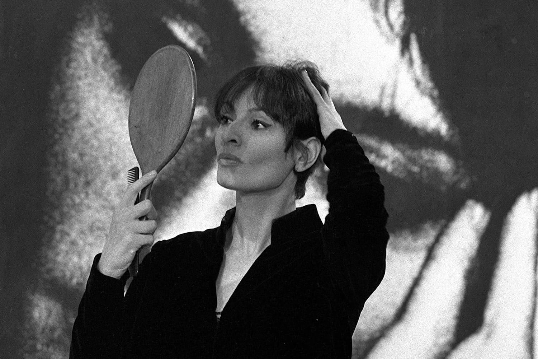 """Barbara: une vie de chansons et de mystères... Biographie de la """"dame brune"""""""