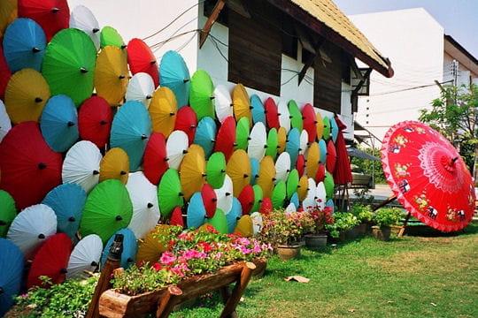 Parade d'ombrelles de couleur