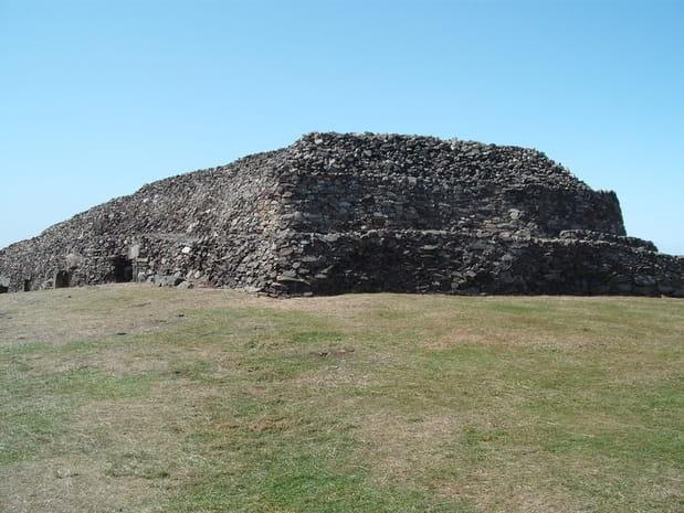 Le Cairn de Barnenez à Plouezoc'h : XLIXe siècleavant J.-C