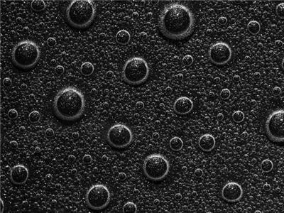 les bulles remontent à l'encontre de la gravité.