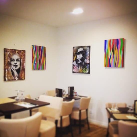 Restaurant : Le Marsala Bar Resto Pizza  - Salle du bar avec exposition de tableaux  -