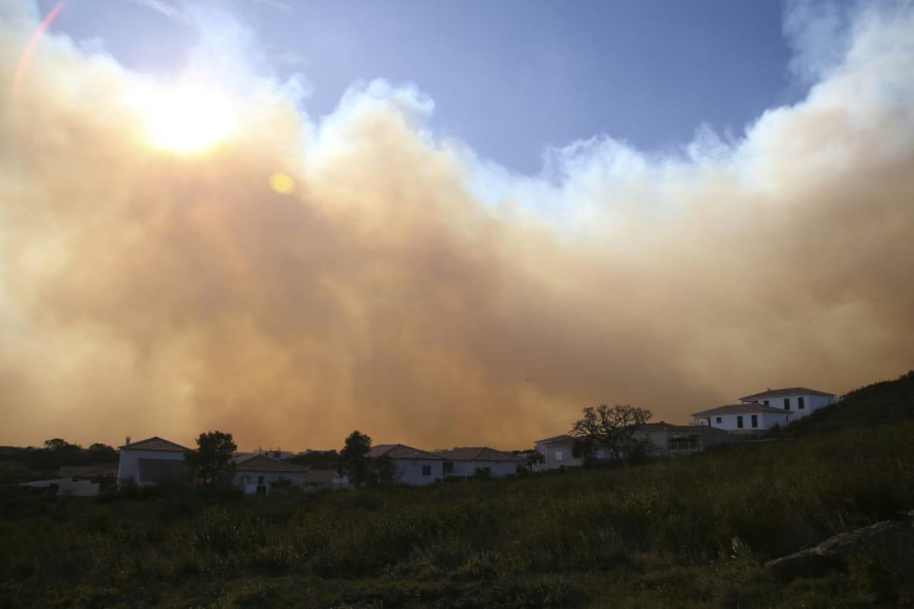 Les habitants d'un village confinés en Corse, balayée par les vents et en proie aux incendies
