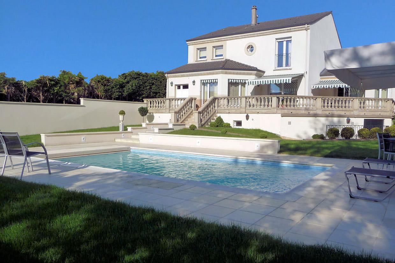 Piscine avec terrasse carrel e for Prix piscine carrelee