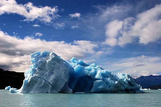 Une grotte dans la glace