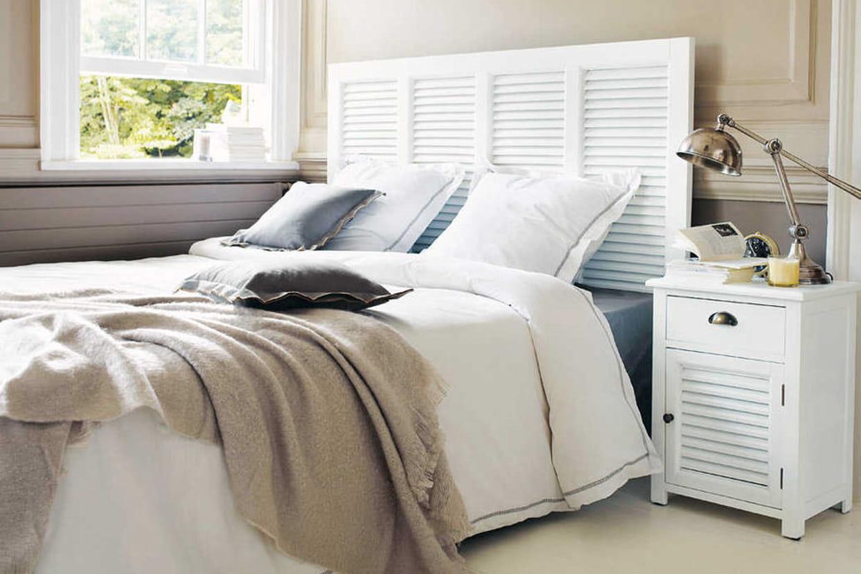 une t te de lit avec des persiennes. Black Bedroom Furniture Sets. Home Design Ideas