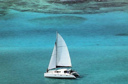 Un catamaran pour une croisière sous le soleil