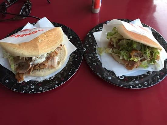 Plat : Miam miam  - Un double kebab à gauche, un simple à droite  -