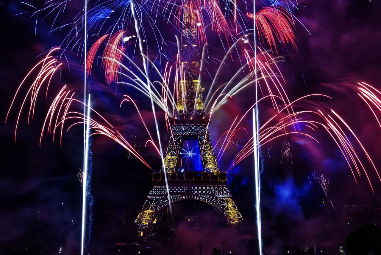 Feu d'artifice du 14juillet: une large foule pour un spectacle sans public à Paris