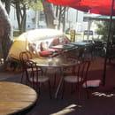Restaurant : Le Moment  - Terrasse avec une barque renversée et transformée en banquette -