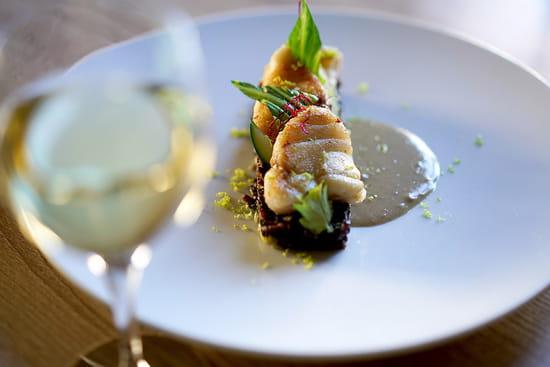 Plat : Restaurant la Couleuvrine  - Médaillon de lotte au cumbava et lait de coco, riz noir venere -   © La Couleuvrine