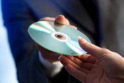 le cd ou dvd n'est ni très sûr ni d'un très bon rapport capacité/prix.