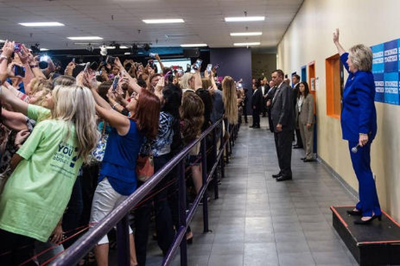 Cette photo avec Hillary Clinton est emblématique de la génération selfie