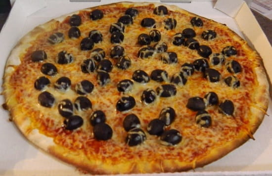 Chez Camembert Pizza  - L'OLIVIER sauce tomate, fromage, olives, olives, olives, oui oui beaucoup d'olives -   © Chez camembert pizza