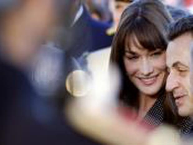 """Carla Bruni: de la top provocatrice à la """"première maman"""" de France"""