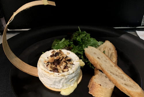 Fromage : L'Atelier du Royal  - Petit camembert roti, confiture de figues et noisettes -   © L'atelier du Royal